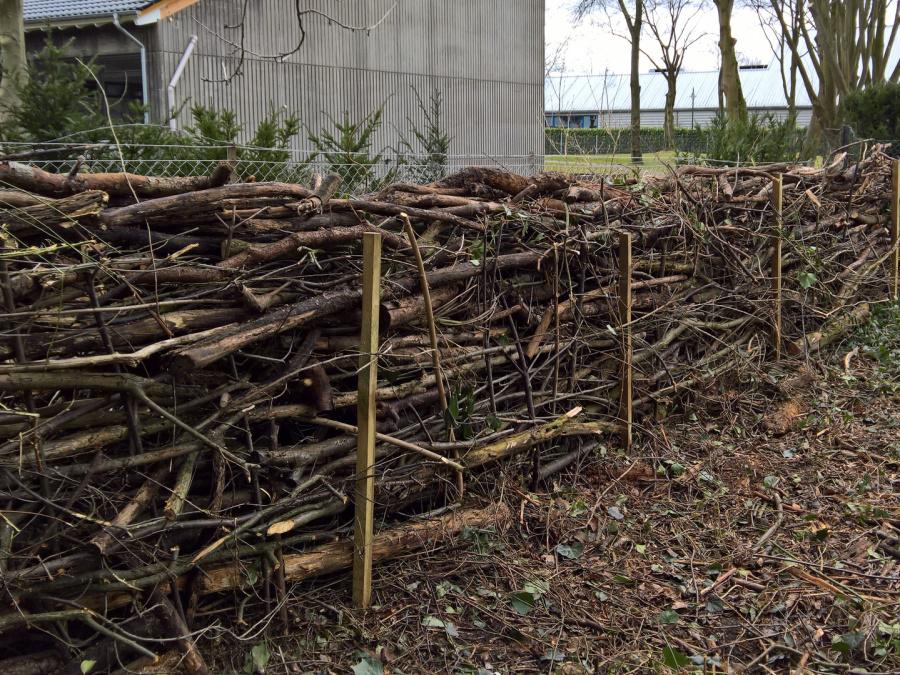 Gartenpflege in Troisdorf Totholzhecke aus Gartenabfällen